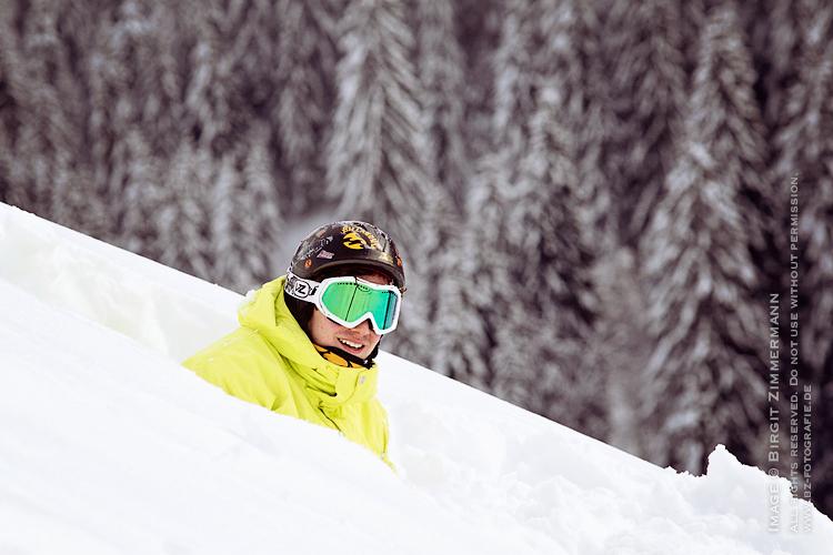 boarder-sitzend-im-schnee