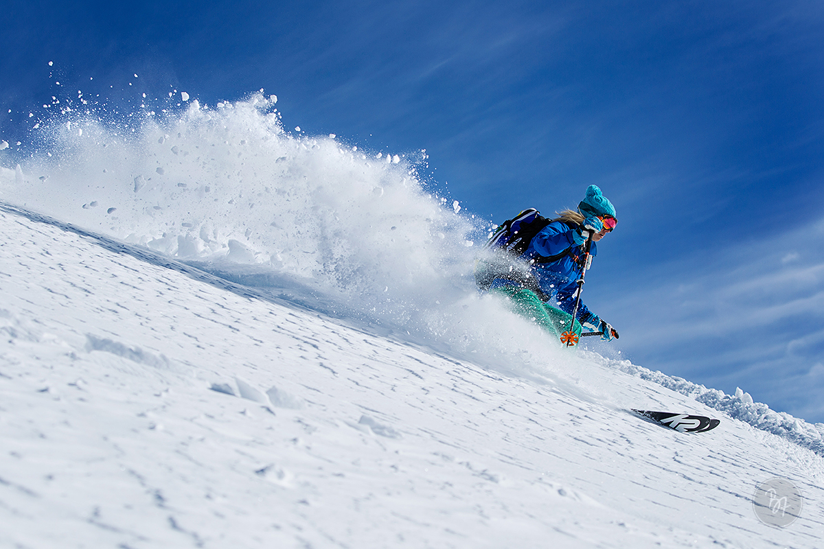 frau-skitour-abfahrt-harsch