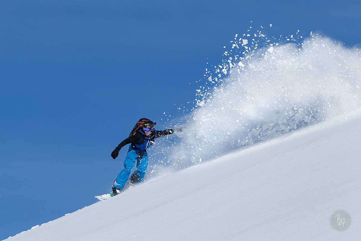 mann-snowboard-freeride-weissblau