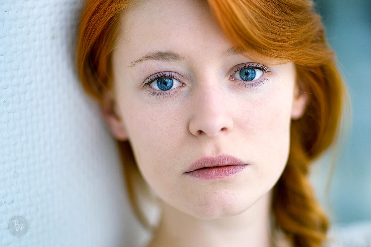 portrait-frau-rotehaare-blaueaugen