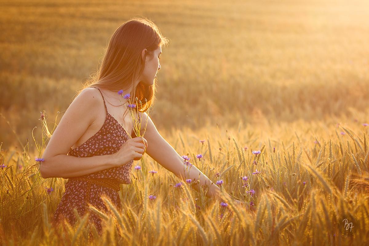 portrait-frau-kornblumen-gegenlicht