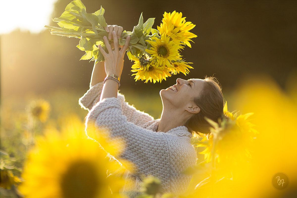 Portrait einer Frau im Sonnenblumenmeer