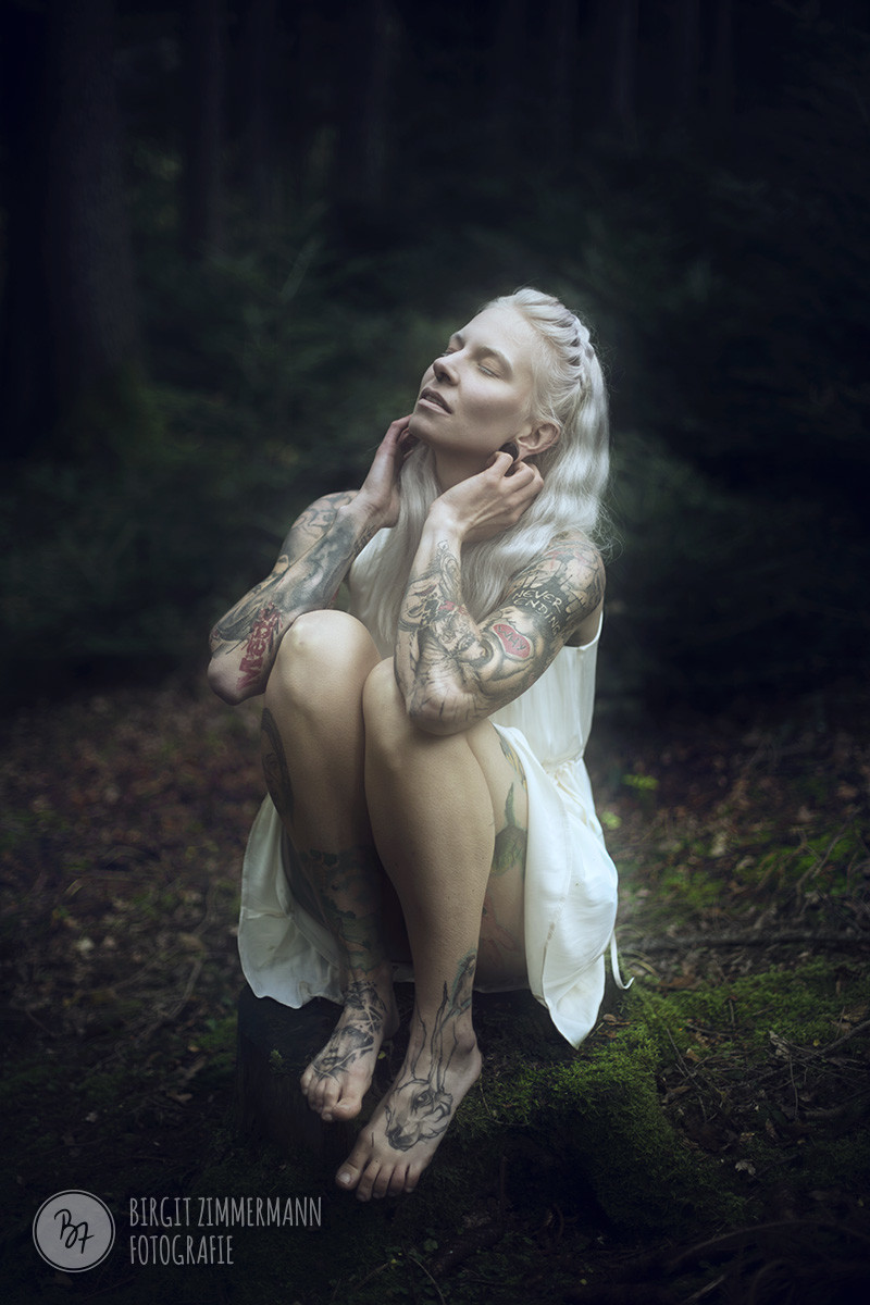 frau-weiss-tattoos-wald-003