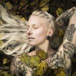 frau-weiss-tattoos-wald-005