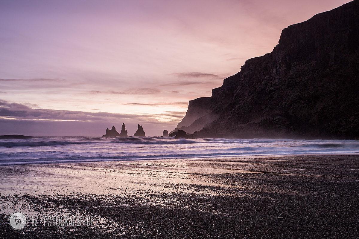 Vík í Mýrdal (Island) im Sonnenuntergang