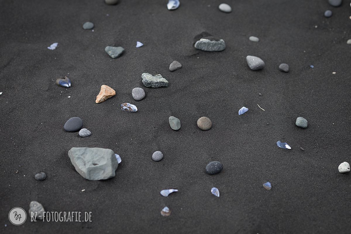 Steine im Sand auf Island