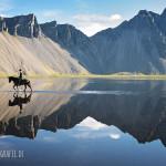 Einsamer Ritt durch spiegelglattes Wasser auf Island