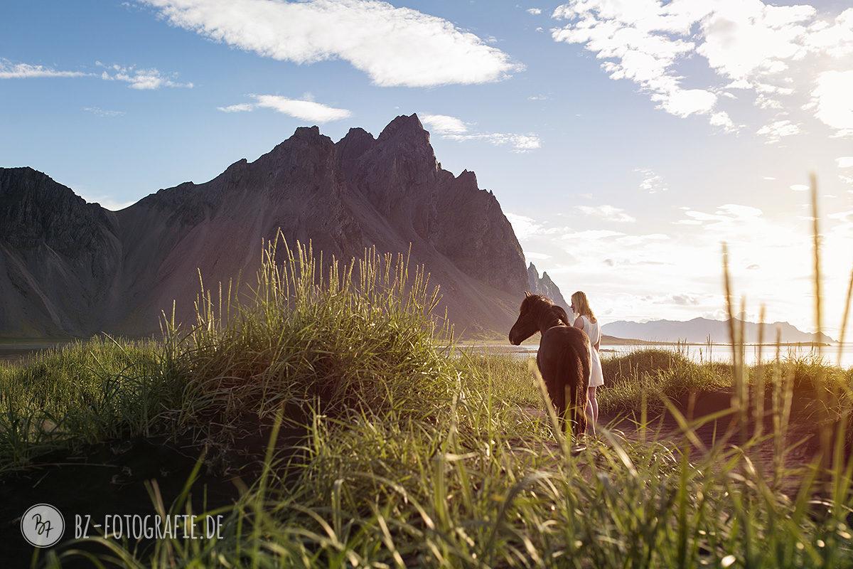 islandpferd-frau-bergpanorama