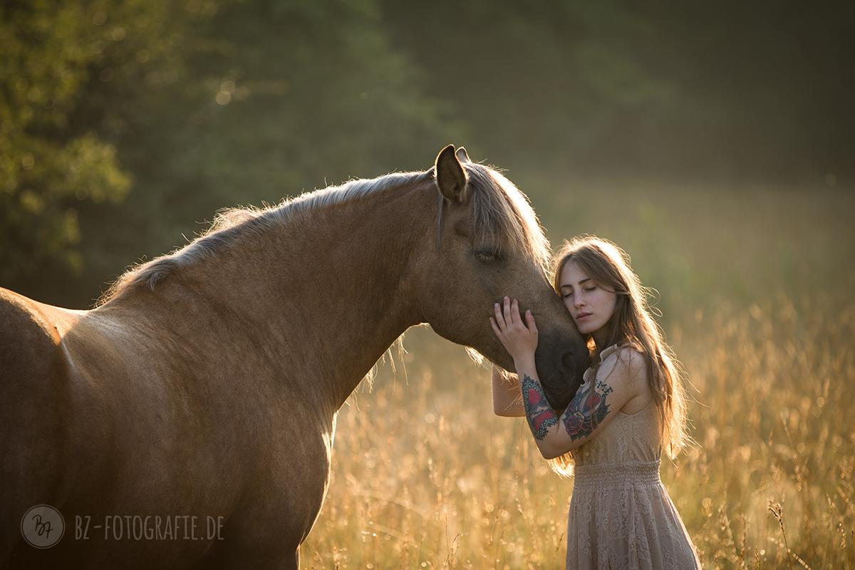 Pferdefoto Frau mit Pferd vorher/nachher - BZ Fotografie