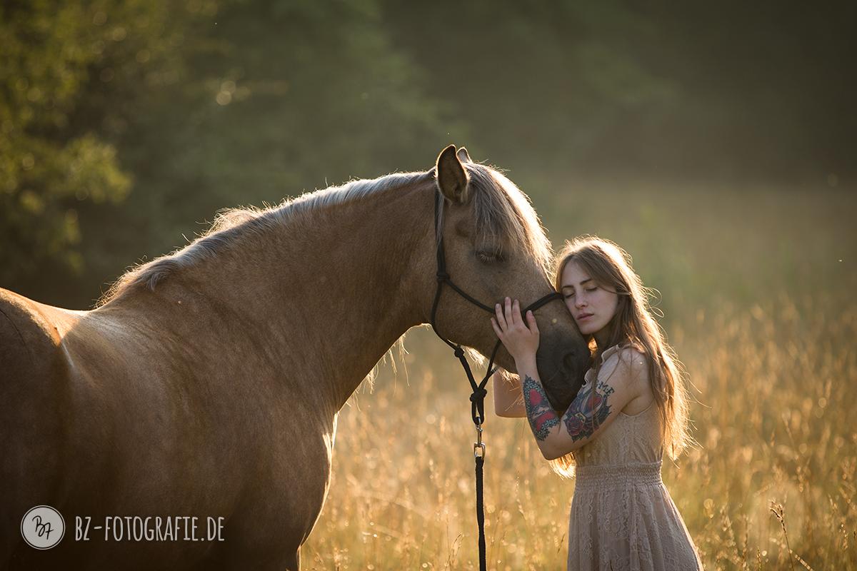 Pferdefoto Frau mit Pferd vorher/nachher · BZ Fotografie