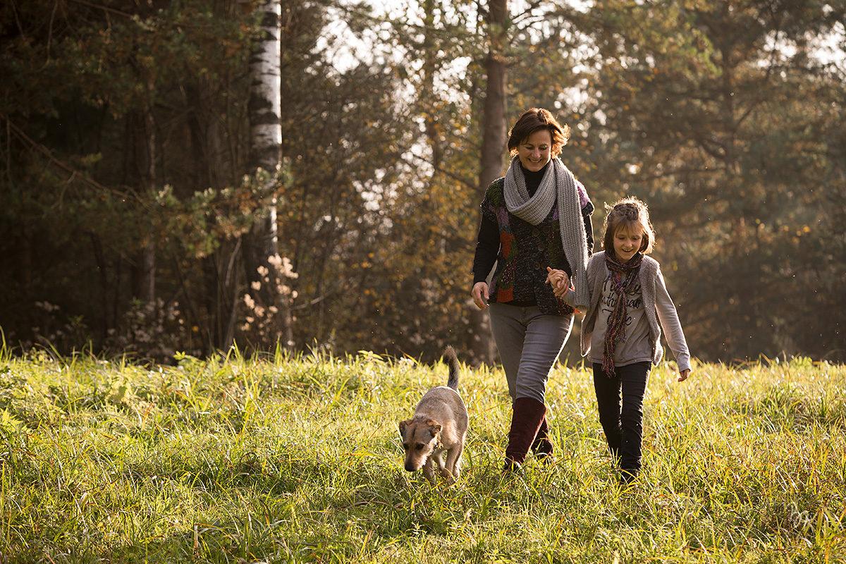 familienfotos-mutter-kind-hund-natur