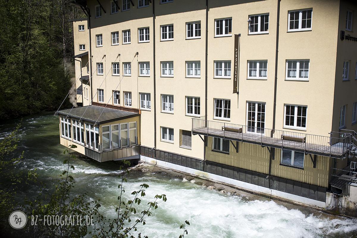 Die Firma steht teilweise über dem Fluß