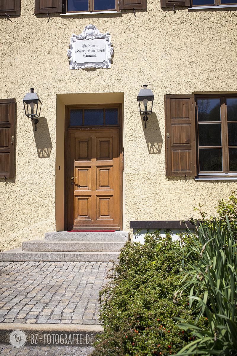 …mit seiner hübschen Eingangstüre