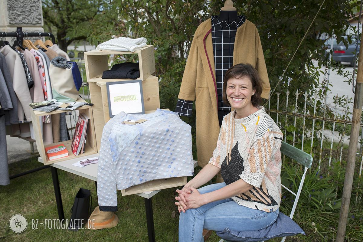Nana S. mit ihren selbstdesignten Kleidungsstücken