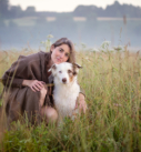 Hundefotografie bei München: Portrait von Frau mit Aussie auf Wiese