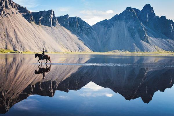 Reiterin vor Bergkulisse auf Island