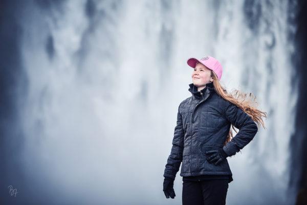 Jugendliche in Reitkleidung vor Wasserfall auf Island